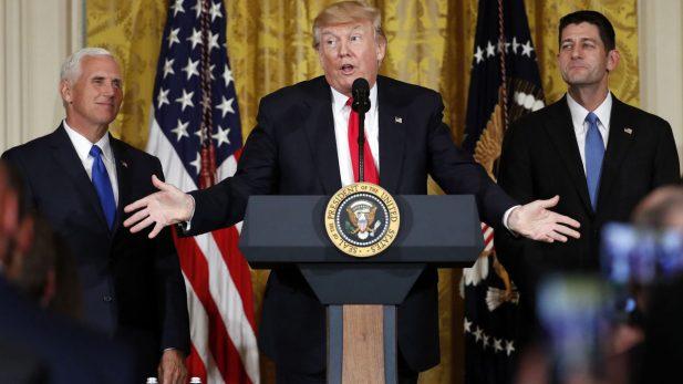 Donald Trump cambia al jefe de su gabinete