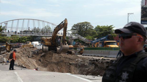 Constructoras se deslindan de socavón del Paso Express