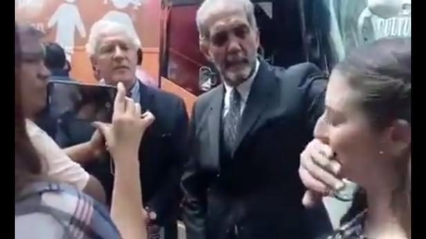 Juan Dabdoub le tapa la boca a joven que lo cuestiona