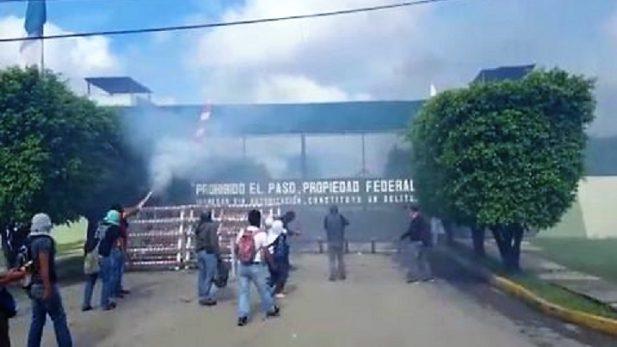 Reportan ataque de supuestos normalistas a cuartel militar, en Guerrero