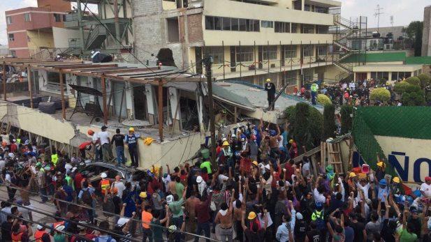 Llegan equipos internacionales para apoyar en labores de rescate tras el sismo