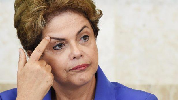Bloquean los bienes de Rousseff por irregularidades en Petrobras