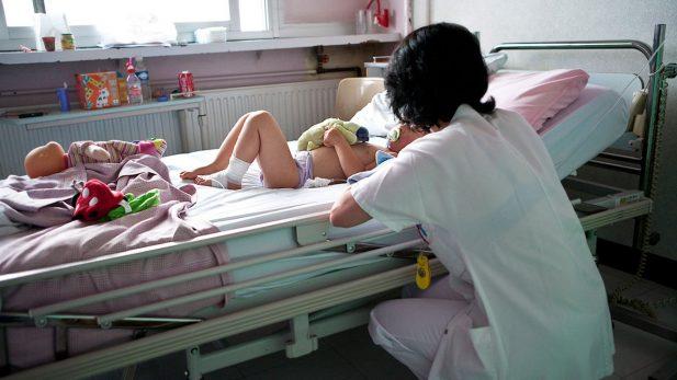 Analiza Canadá permitir la eutanasia en niños