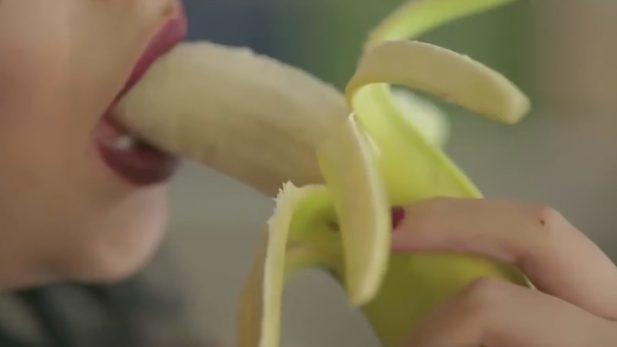 https://www.etcetera.com.mx/wp-content/uploads/2017/12/Condenada-a-dos-años-de-cárcel-la-cantante-egipcia-que-apareció-comiendo-un-plátano-en-un-videoclip-617x347.jpg