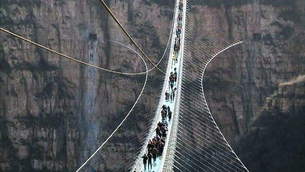 China inauguró el puente de cristal más largo del mundo