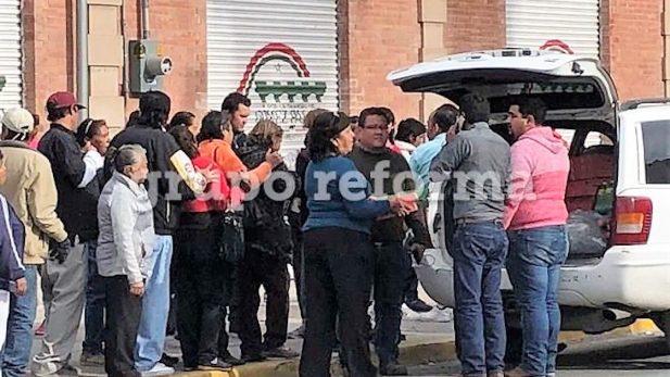 Bloquea grupo de mujeres priistas caravana chihuahuense, y les dan pizza