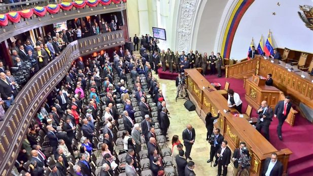 Maduro adelanta su juramentación y censuran a El Nacional Web