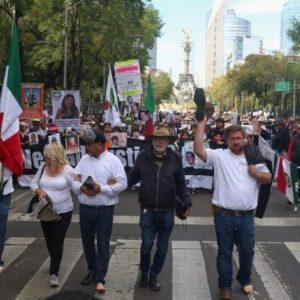 Termina marcha de víctimas de la violencia; simpatizantes de AMLO la atacan