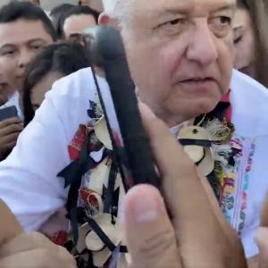 Presidente López Obrador: ¡deje de besar a las niñas!
